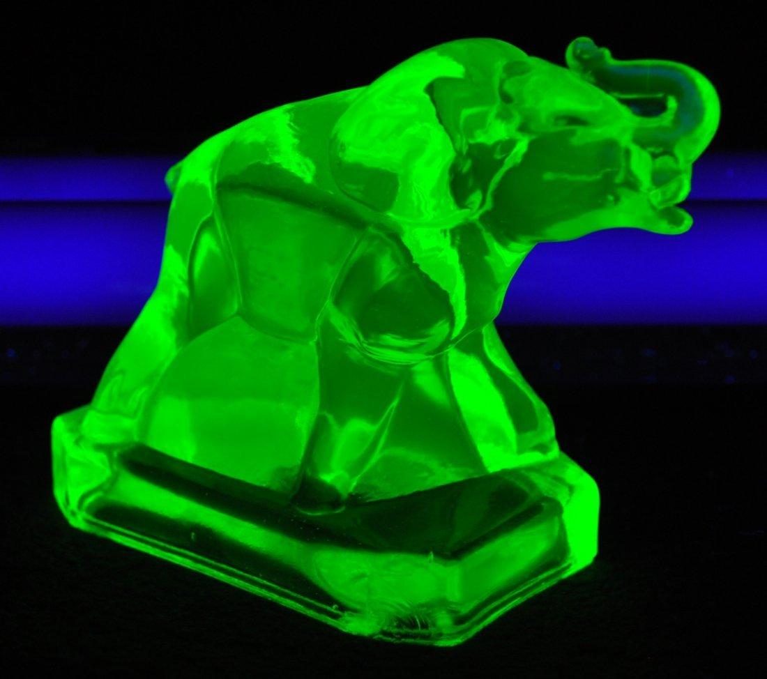 1980s BOYD ART GLASS VASELINE  ZACK THE ELEPHANT XV