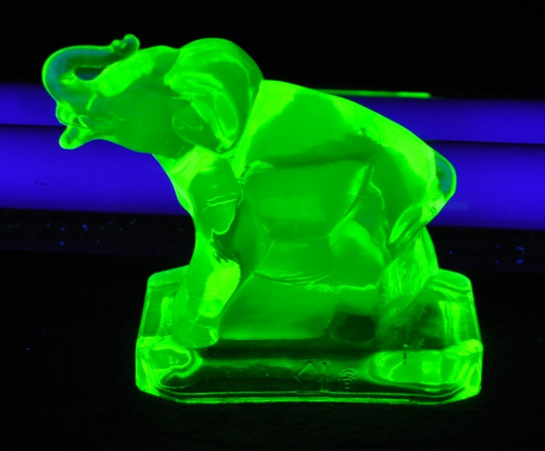 1980s BOYD ART GLASS VASELINE  ZACK THE ELEPHANT XV - 3
