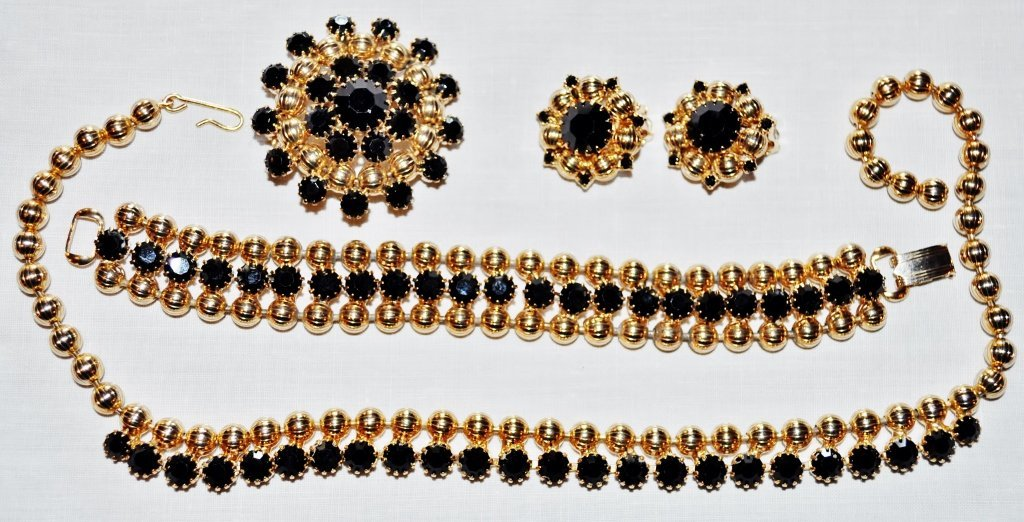 RIBBED GOLD BEADS & FACETED BLACK STONES PARURE 4 PCS