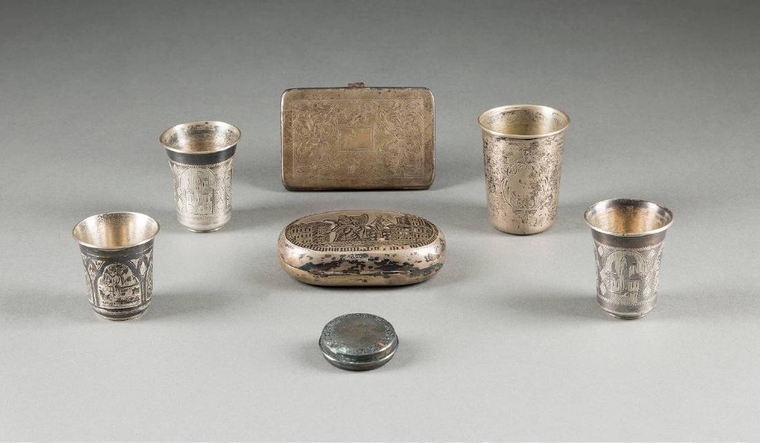 A SILVER AND NIELLO SNUFFBOX, FOUR VODKA BEAKERS AND