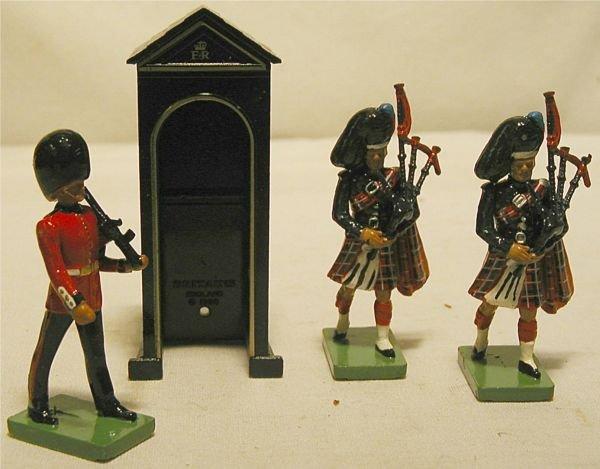 3016: Britain Buckingham Place Guard Four Piece Set wit