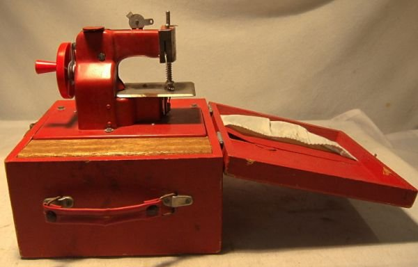 1017: Japan Traveling Sewing Machine w Case Battery Ope