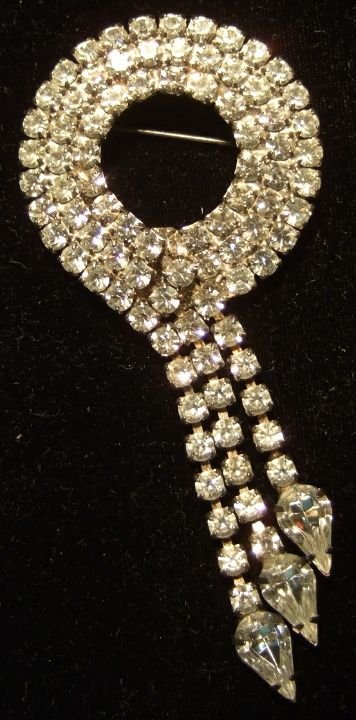 16: Vintage White Rhinestone Circle Brouche with Stager