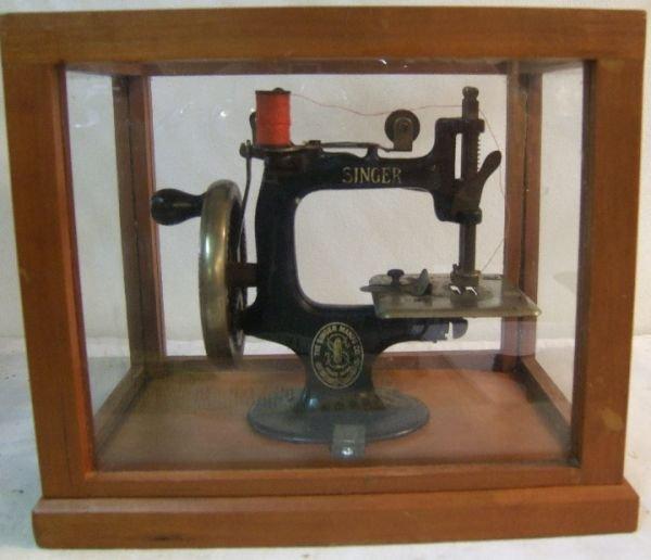 1001: Child's Antique Singer Sewing Machine in Wood Ca