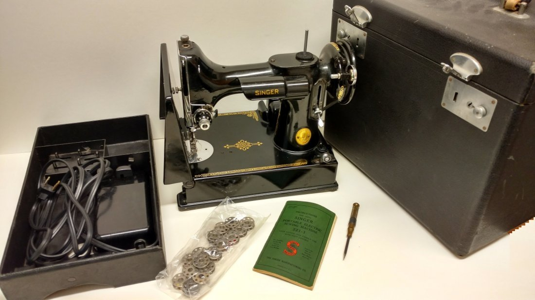 Vintage Singer 221-1 Featherweight Sewing Machine