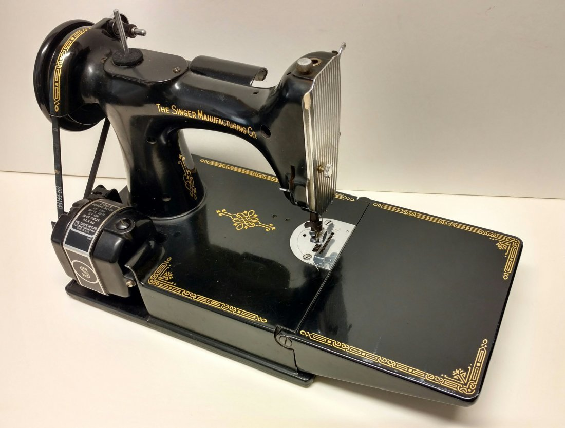Vintage Singer 221-1 Featherweight Sewing Machine - 2