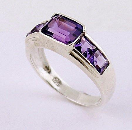 Beautiful Silver Amethyst Ring. (SRI100302)