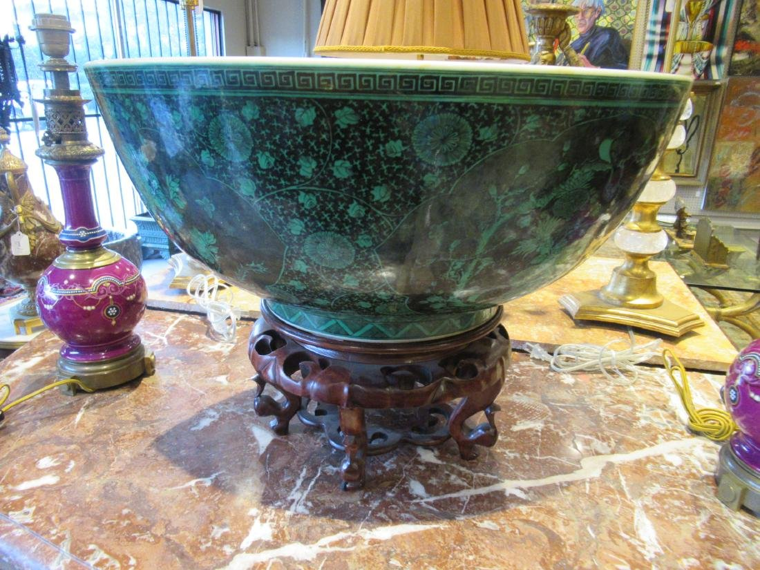 Chinese Black Decorated Green Ground Porcelain Bowl - 4