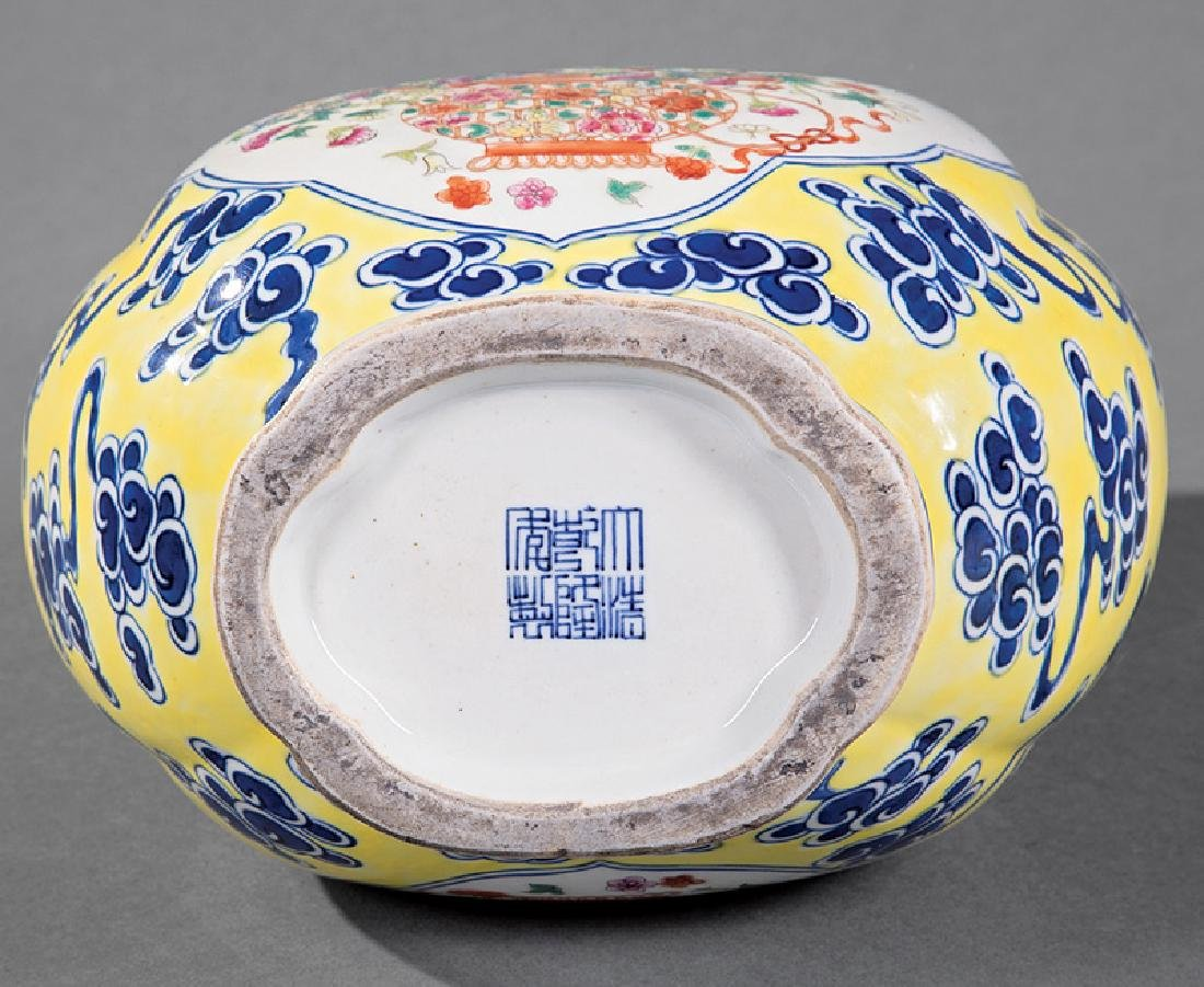 Chinese Famille Rose Decorated Porcelain Vase - 2