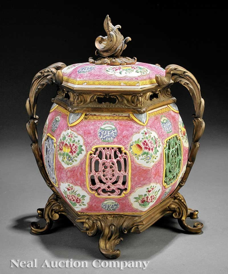 0019: A Chinese Famille Rose Porcelain Covered Lantern