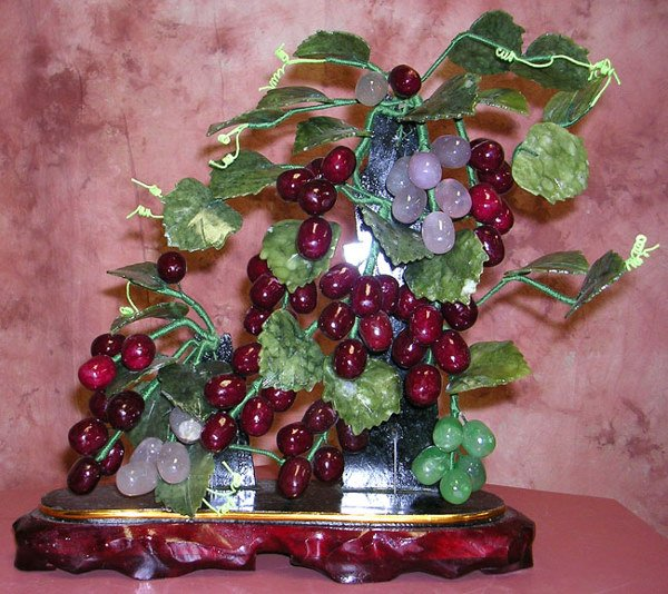 4023: Jade grapes on the vine carving