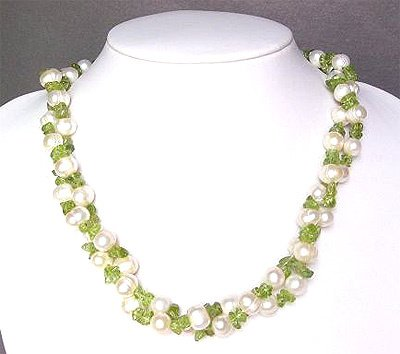 2562: White Pearls w/ Peridot Chips Necklace: 842687