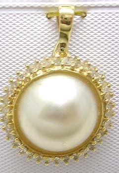 1384: 14KY 12.5mm Mabe Pearl .24ct Diamond Pendant