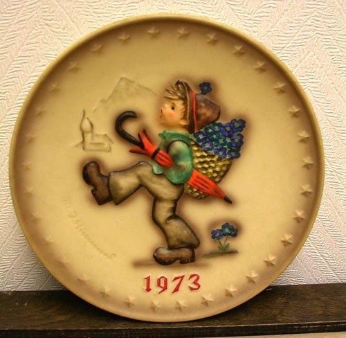1623: Hummel Annual Plate - Globe Trotter 1973 Hum 266