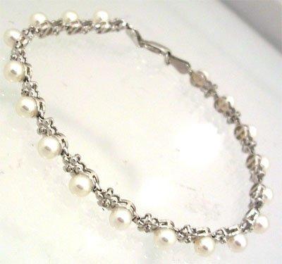 1209: 14ky White Pearl and Diamond flower Bracelet
