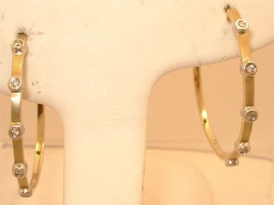 609: 14KY .13cttw Diamond 2tone hoop earring