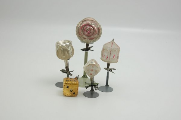1567: GROUP OF FIVE GLASS ORNAMENTS