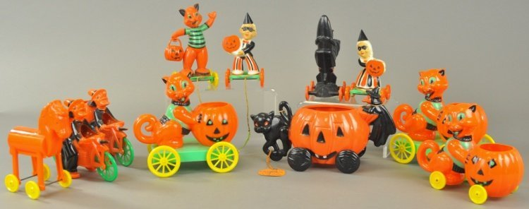 GROUP OF ELEVEN HARD PLASTIC HALLOWEEN ITEMS