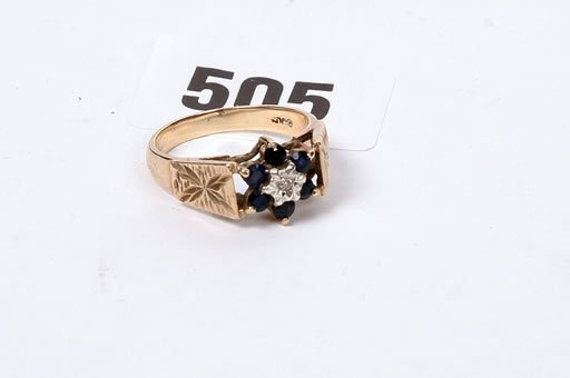 2505: Large 9ct gold sapphire and diamond clu