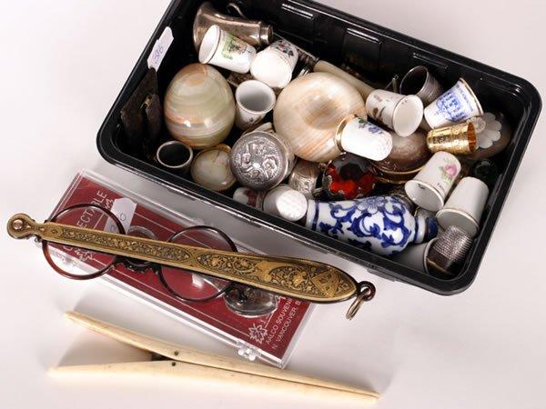 1020: Tray of miscellaneous items, china thimbles, pill