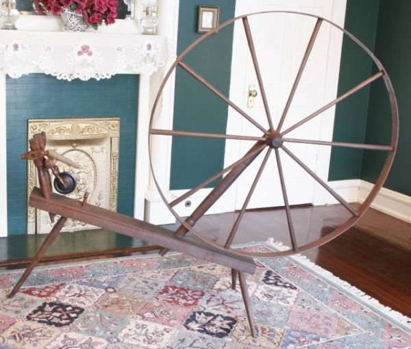2003: ANTIQUE SPINNING WHEEL