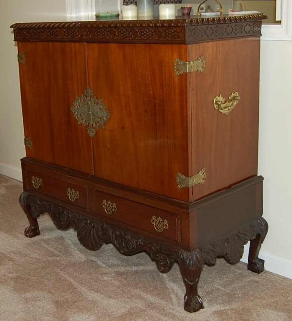 1104: CHIPPENDALE MAHOGNAY COMMODE