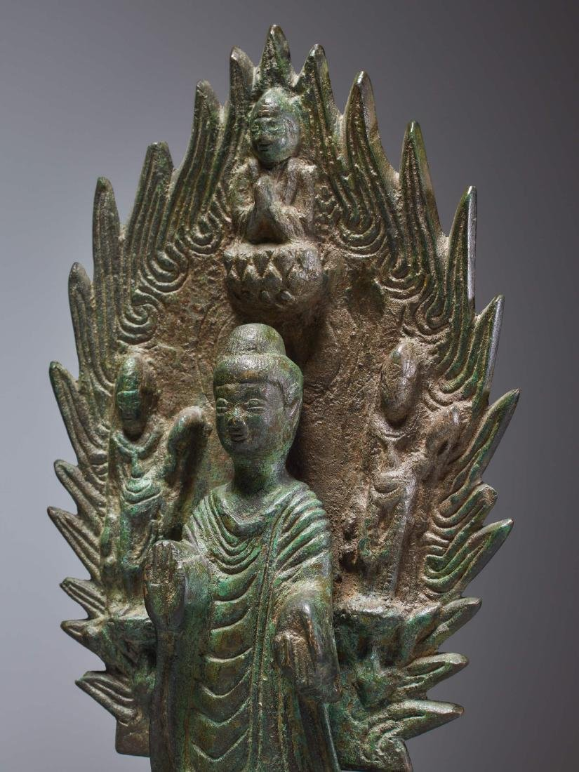 A BRONZE BUDDHA IN FRONT OF A FLAMING HALO, DATED 571 - 6