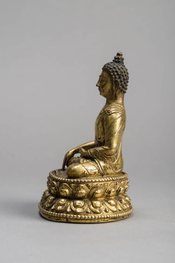 A GILT BRONZE FIGURE OF BUDDHA AKSHOBYA, 17TH-18TH - 3