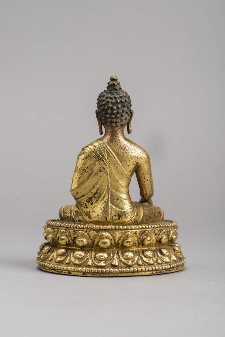 A GILT BRONZE FIGURE OF BUDDHA AKSHOBYA, 17TH-18TH - 4