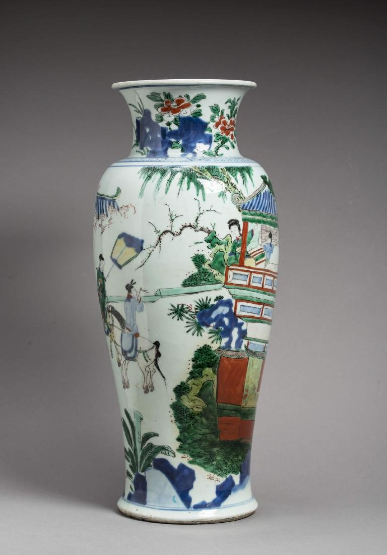 A LARGE TRANSITIONAL WUCAI BALUSTER VASE, 17TH