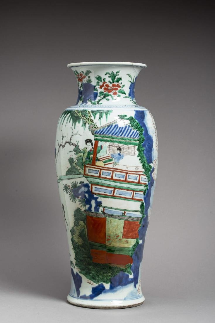 A LARGE TRANSITIONAL WUCAI BALUSTER VASE, 17TH - 2