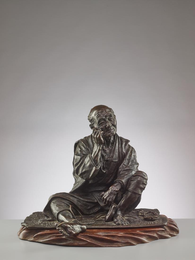 A LARGE BRONZE OF A SANDAL MAKER BY TAKAHASHI RYOUN - 4