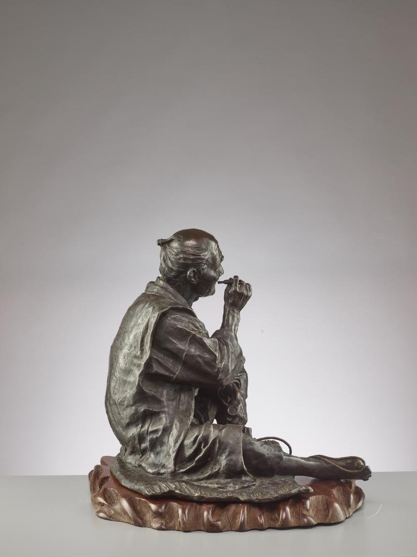 A LARGE BRONZE OF A SANDAL MAKER BY TAKAHASHI RYOUN - 6