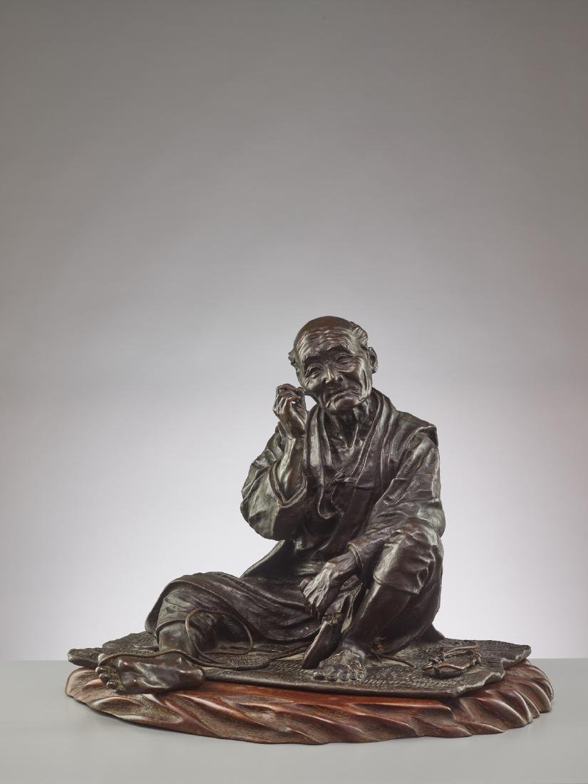 A LARGE BRONZE OF A SANDAL MAKER BY TAKAHASHI RYOUN - 7