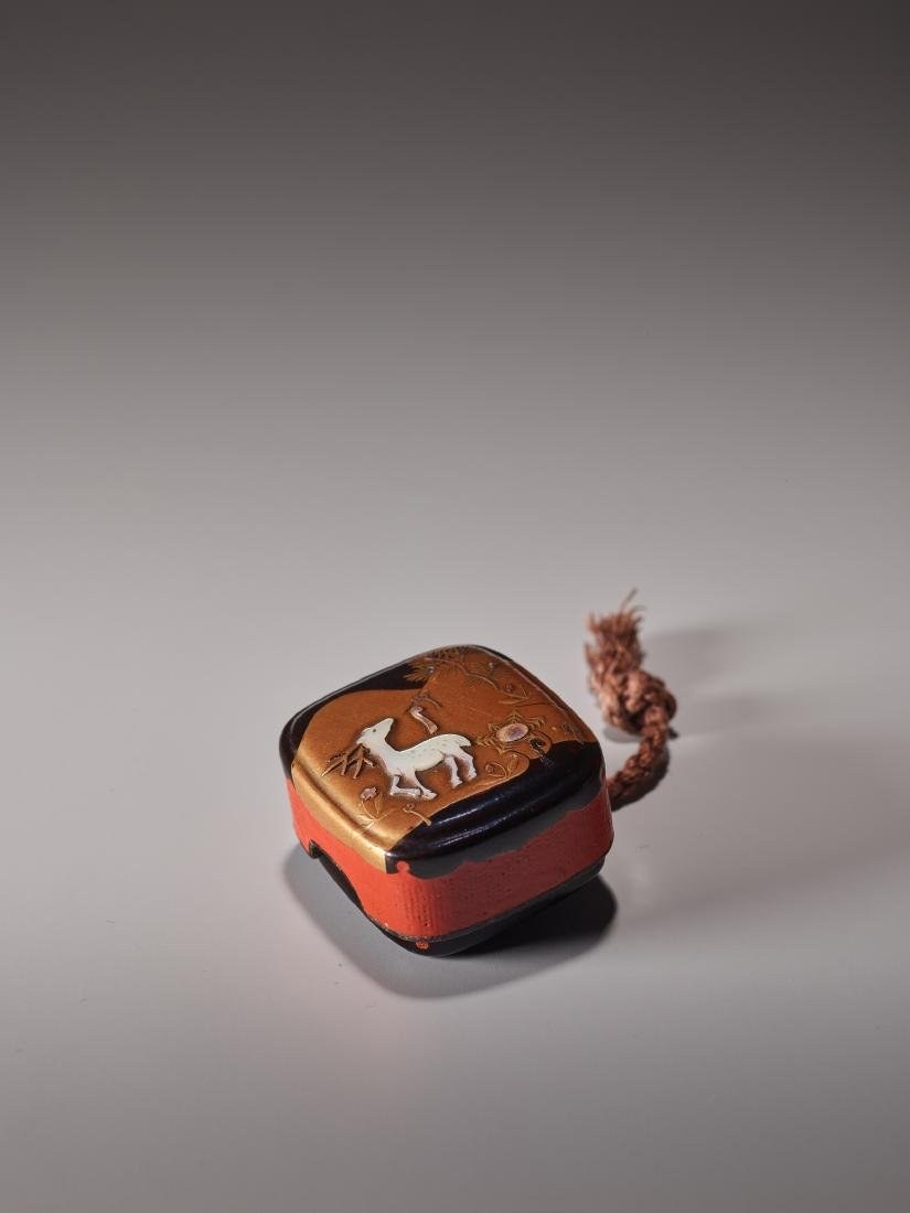 A LACQUERED AND INLAID HAKO NETSUKE WITH STAG - 2