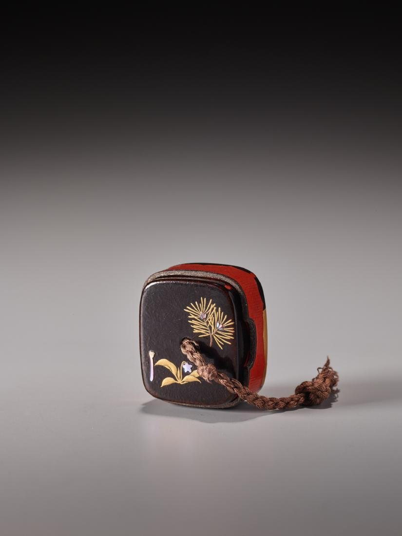 A LACQUERED AND INLAID HAKO NETSUKE WITH STAG - 5