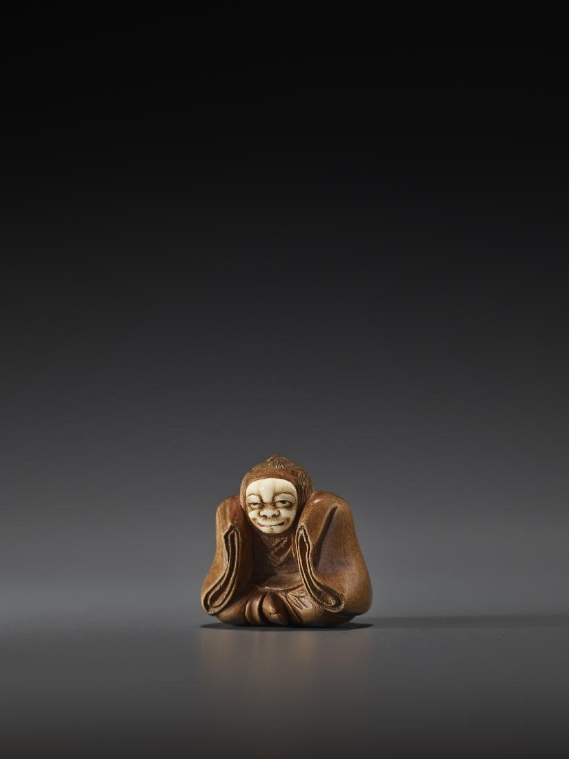 AN INLAID WOOD NETSUKE OF A KABUKI ACTOR BY HOEI