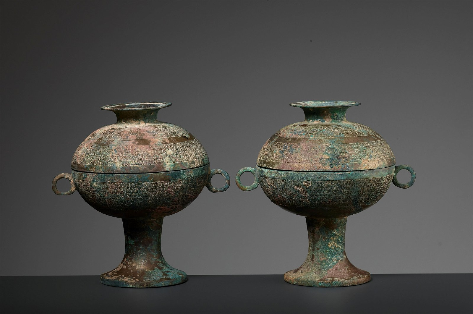 A PAIR ARCHAIC BRONZE RITUAL VESSELS & COVERS, DOU