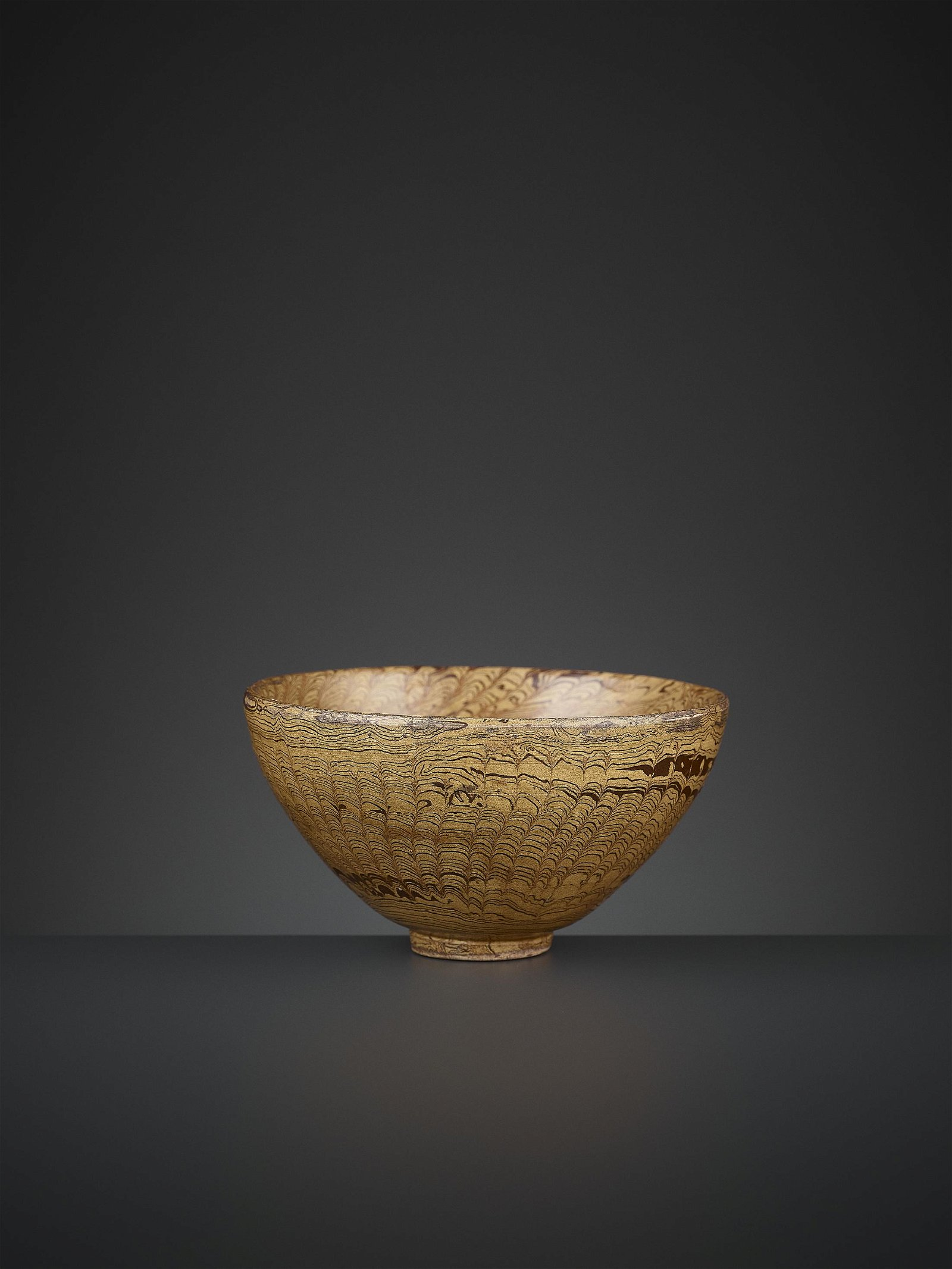 AN AMBER-GLAZED MARBLED POTTERY BOWL, TANG