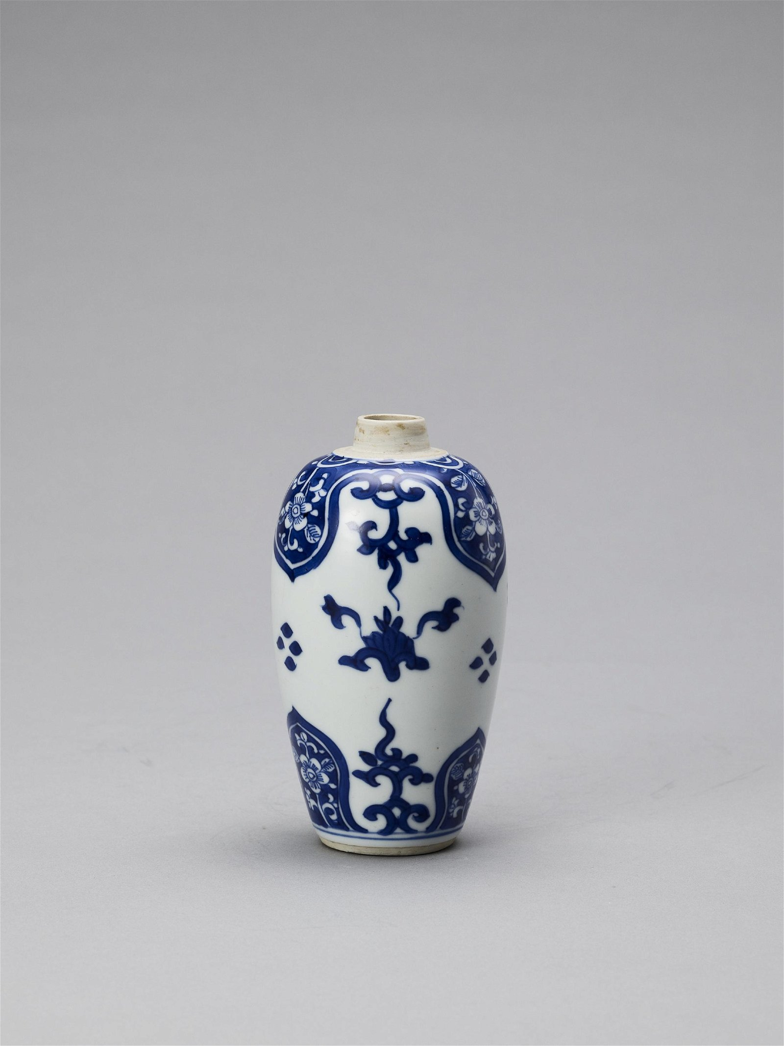 A BLUE AND WHITE PORCELAIN BALUSTER VASE, KANGXI