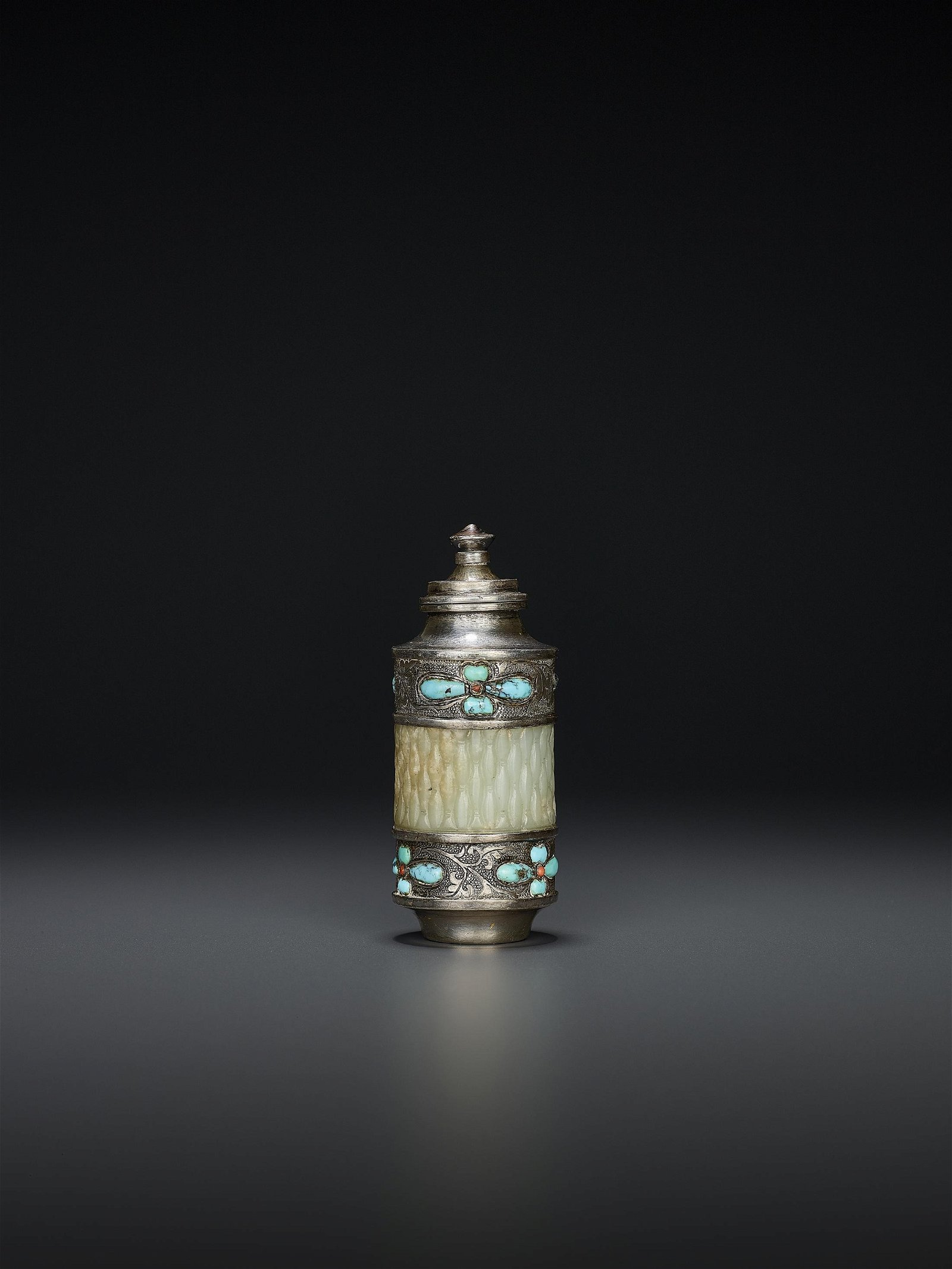 A SILVER AND JADE SNUFF BOTTLE, QING