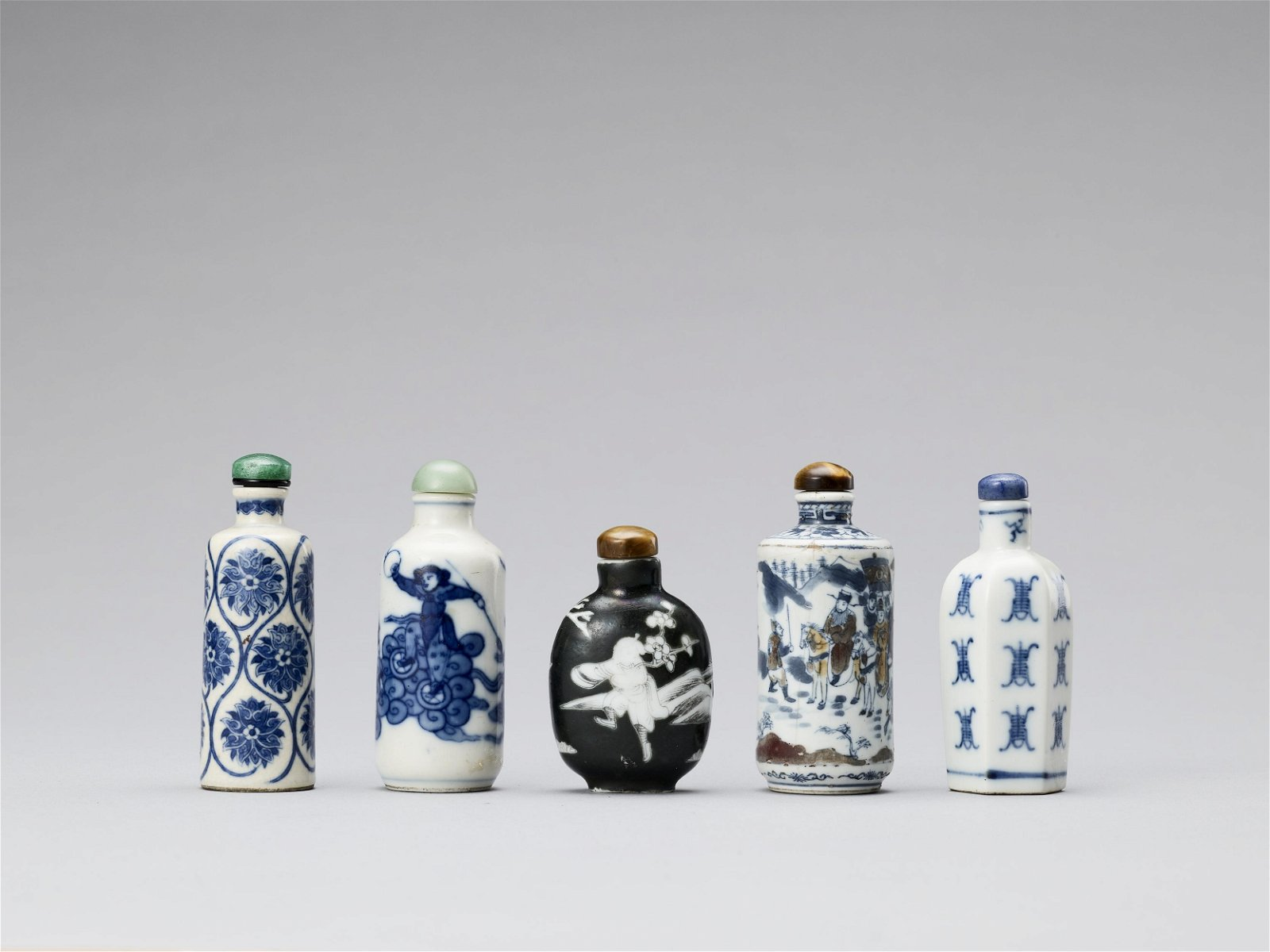 A GROUP OF 5 PORCELAIN SNUFF BOTTLES, QING