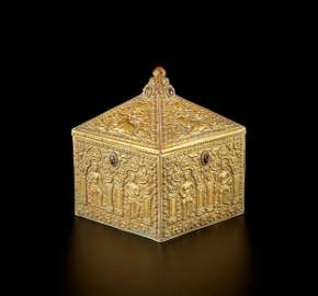 A GEMSTONE-SET CHAM GOLD REPOUSSE BOX AND COVER