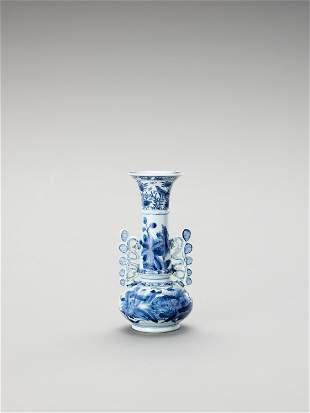 A BLUE AND WHITE PORCELAIN BOTTLE VASE
