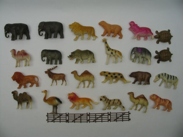 """1021: (24) Exotic Celluloid Animals, 2""""H Avg"""