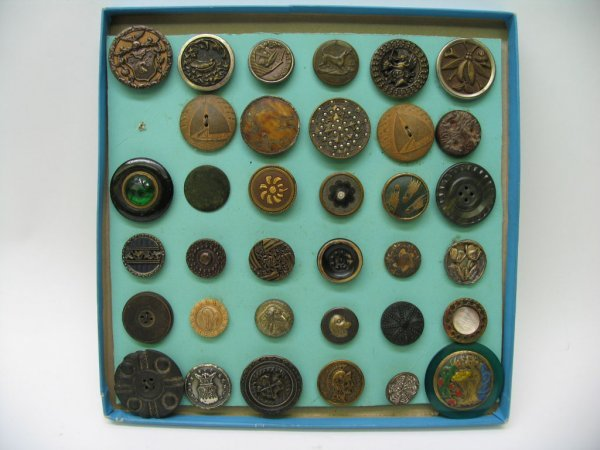 4005: 35 Large Picture Buttons, Miscellaneous Materials