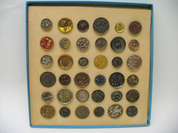 4006: 36 Large Picture Buttons, Metal, With Flowers and