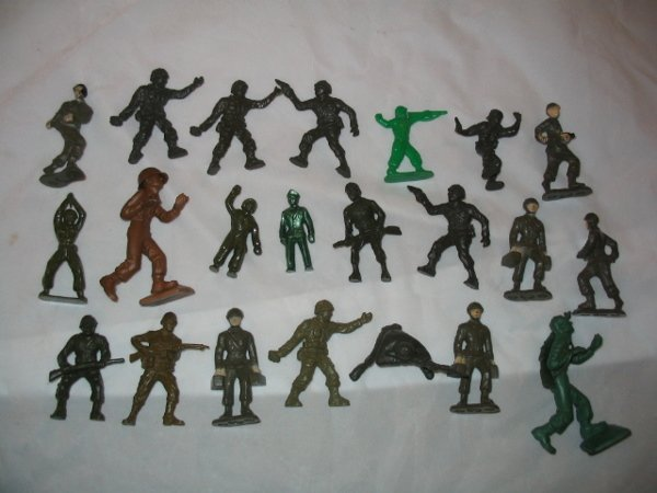 3011: (22) WWI & WWII Plastic Soldiers