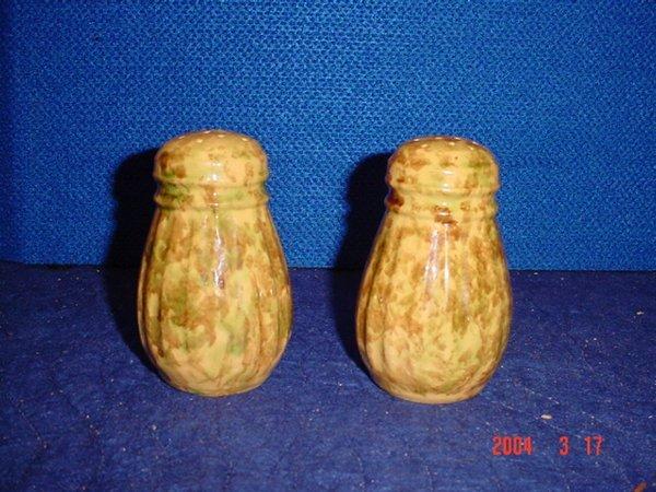 518: Pair of spongeware shakers.
