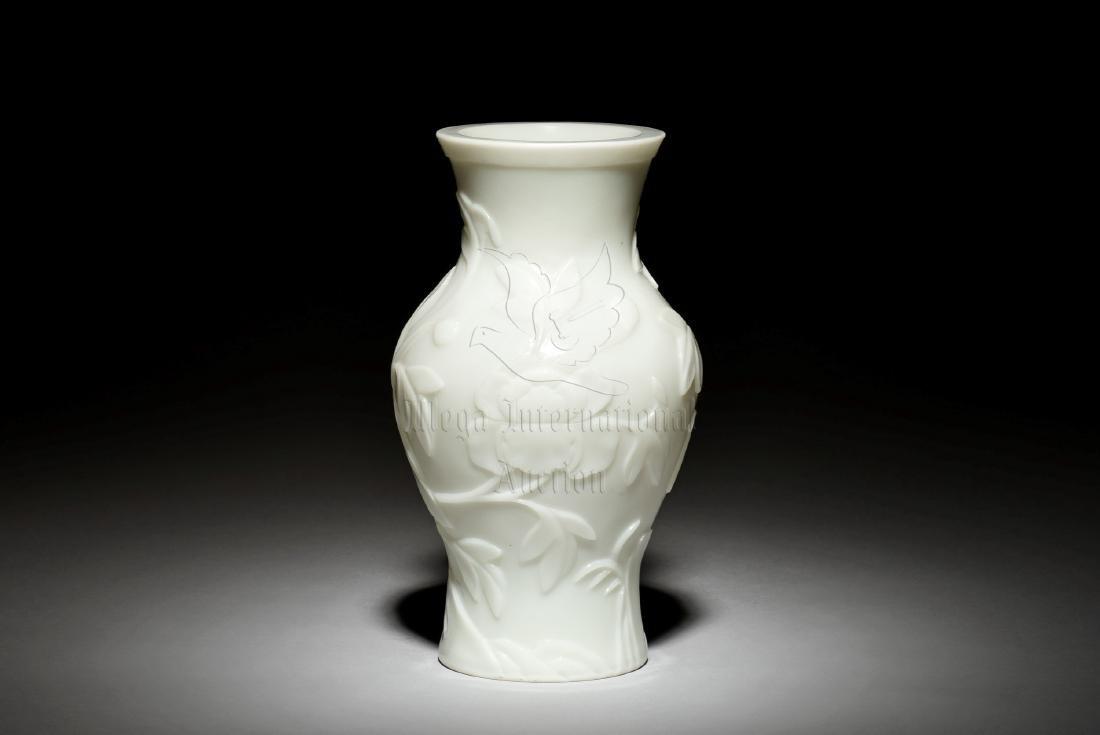 PEKING WHITE GLASS 'FLOWERS' VASE